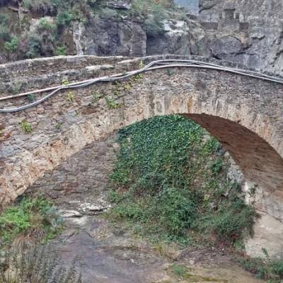 Monasterio de San Miguel de Fai, una maravilla entre rocas y barrancos con agua.
